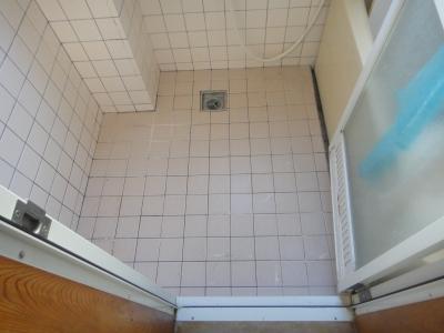 タイル浴室にバスナフローレ貼り 施工前